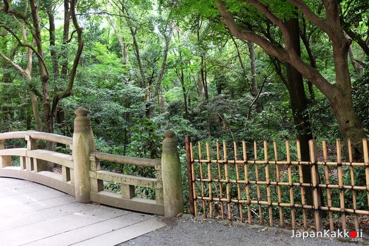 สะพานก่อนถึงทางเข้าสวน