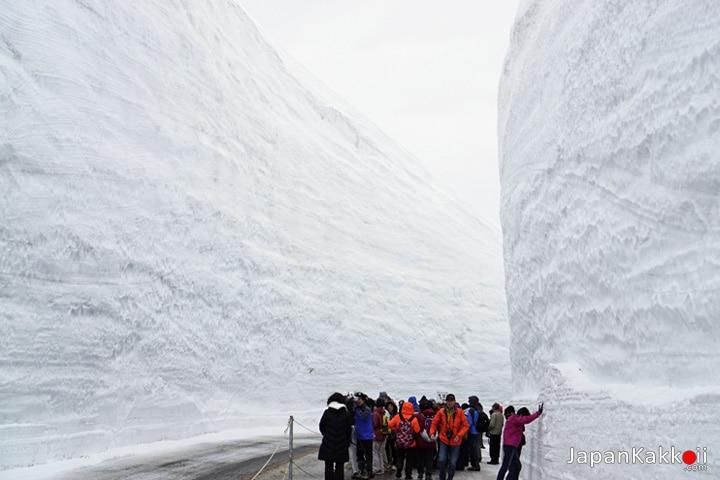 "Tateyama ""ํYuki-no-Otani"" Snow Wall"